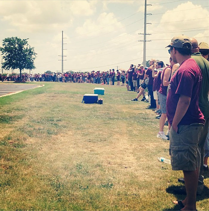 """Texas A&m Students Building A """"Maroon Wall"""" To Block Wbc Members Protesting At A Military Funeral"""