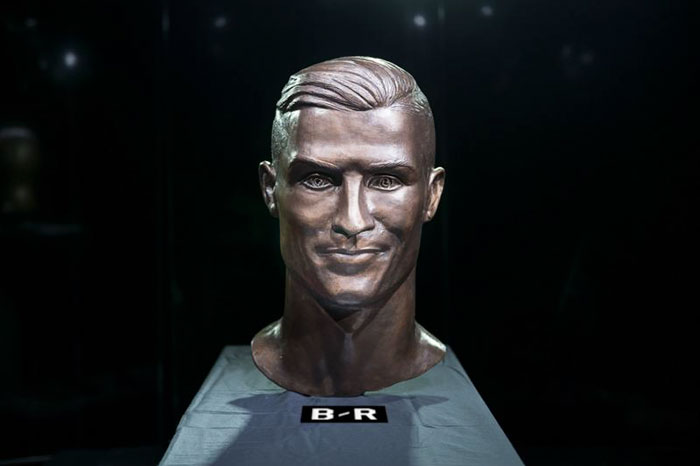 patung kepala christiano ronaldo