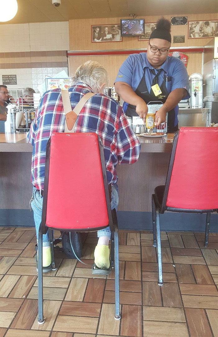 At A Waffle House This Elderly Man Told The Waitress That His Hands Weren't Working Too Good. He Was Also On Oxygen And Struggling To Breathe. Without Hesitation, She Took His Plate And Began Cutting His Ham