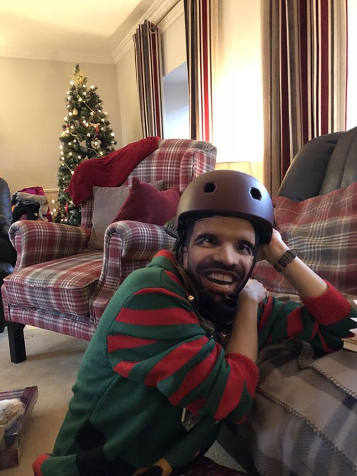 Le he regalado a mi novia un casco para la bici. Viene con una balaclava personalizada con la cara de Drake. Ahora parece un personaje customizado de videojuegos