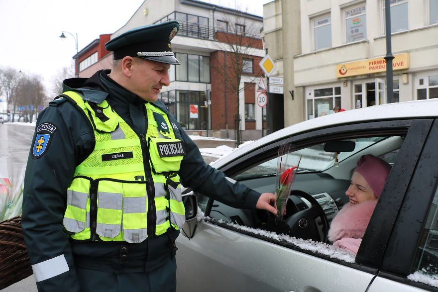 lithuanian-police-officers-flowers-international-womens-day1-5aa1211567eb9__880.jpg