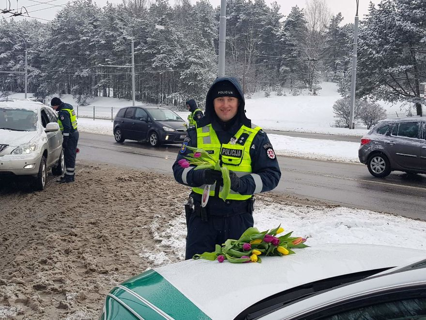 lithuanian-police-officers-flowers-international-womens-day10-5aa12129e9e42__880.jpg