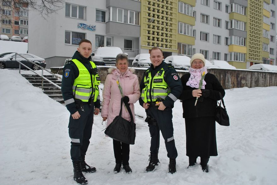 lithuanian-police-officers-flowers-international-womens-day12-5aa1212ddfd7f__880.jpg