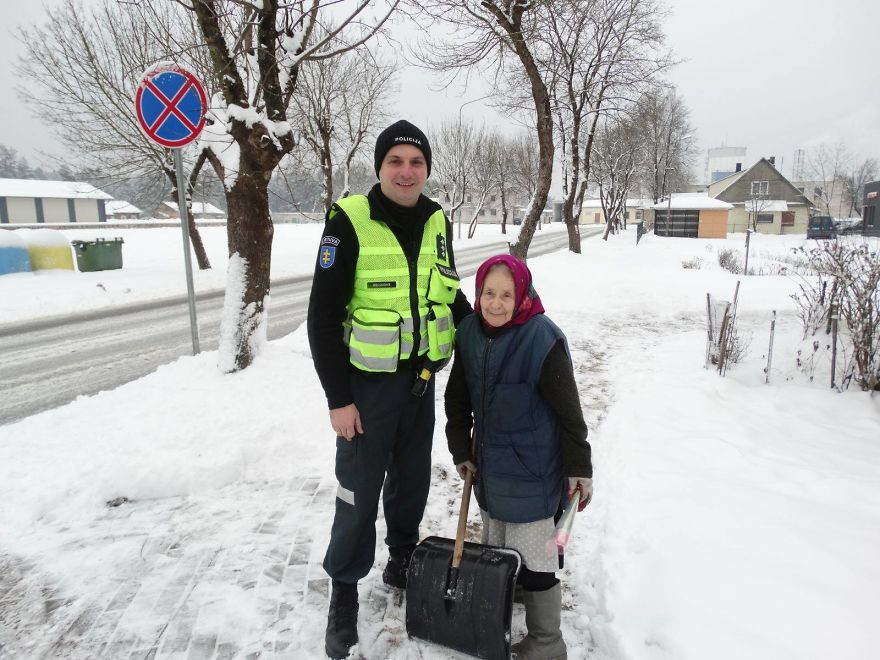lithuanian-police-officers-flowers-international-womens-day13-5aa121314581c__880.jpg
