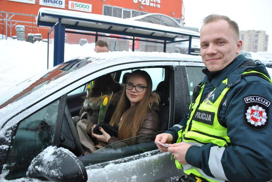 lithuanian-police-officers-flowers-international-womens-day14-5aa121332de99__880.jpg