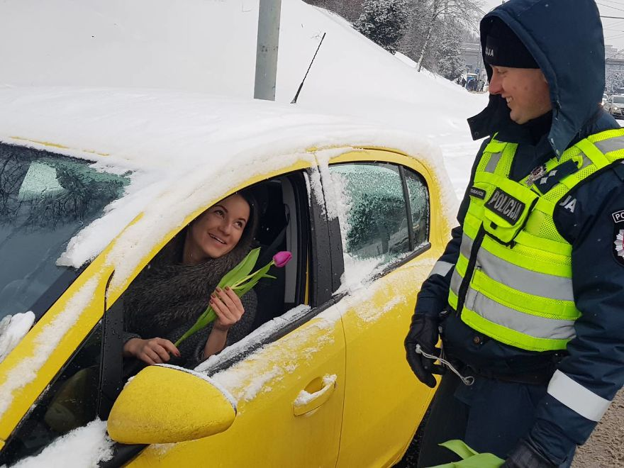 lithuanian-police-officers-flowers-international-womens-day15-5aa12135c0983__880.jpg