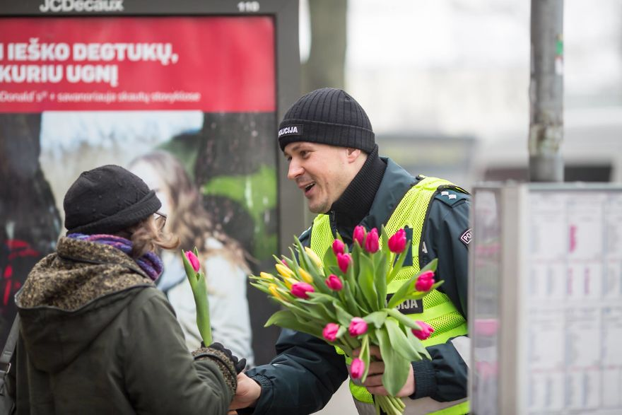 lithuanian-police-officers-flowers-international-womens-day18-5aa1213b5ae57__880.jpg