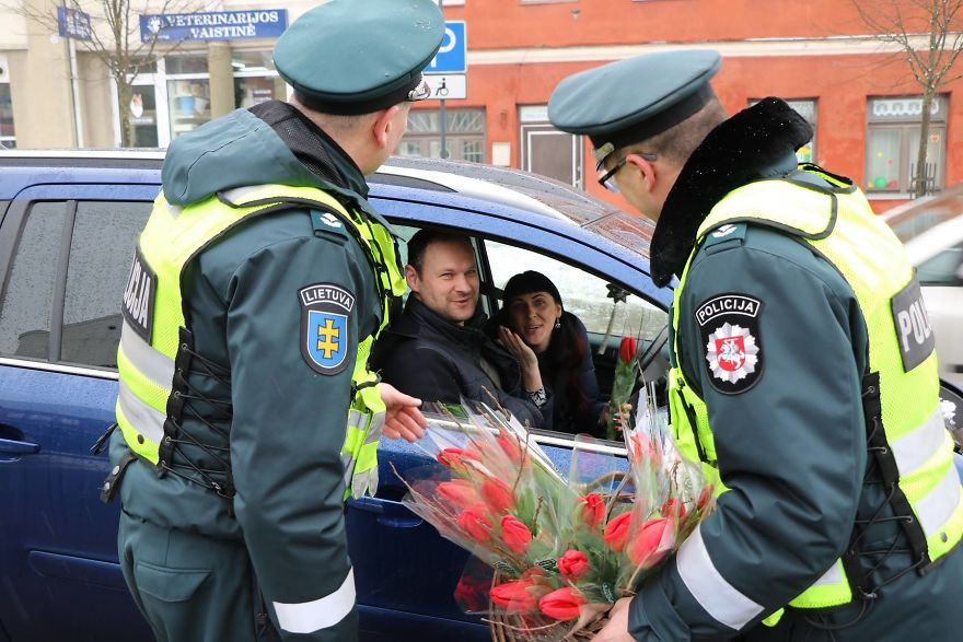 lithuanian-police-officers-flowers-international-womens-day2-5aa1211926b6f__880.jpg