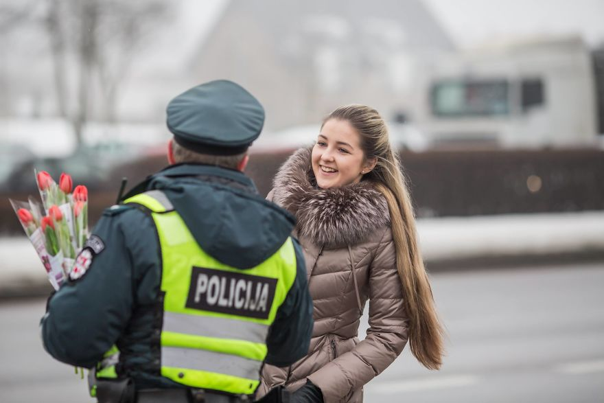 lithuanian-police-officers-flowers-international-womens-day7-5aa12123d6b50__880.jpg