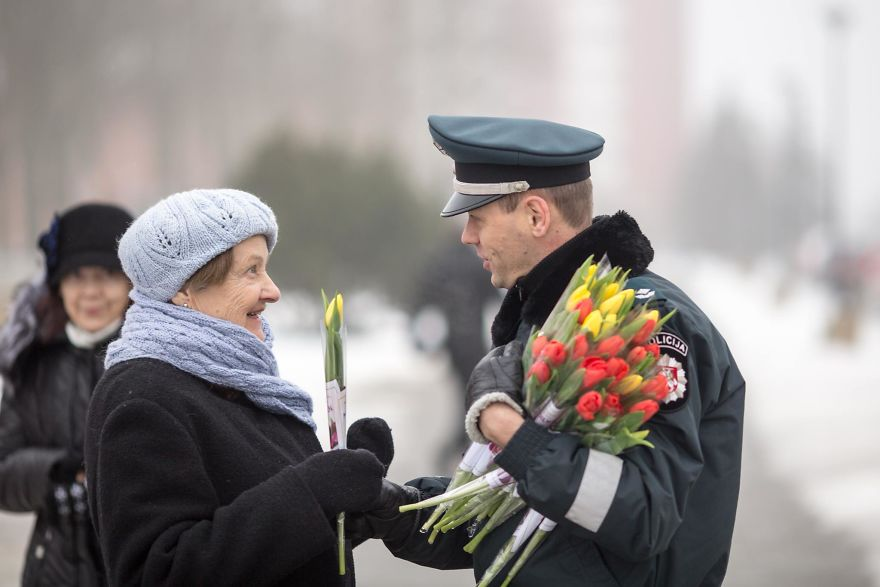lithuanian-police-officers-flowers-international-womens-day9-5aa12127af963__880.jpg