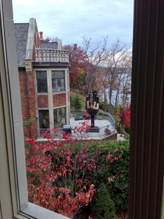 Este amargado se compró la casa frente a la de su ex-mujer e instaló esta escultura