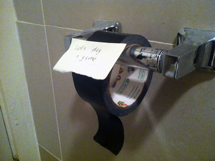 Mi compañero no ayuda nada, así que he empezado a guardar el papel higiénico en mi cuarto y a poner esto en el retrete