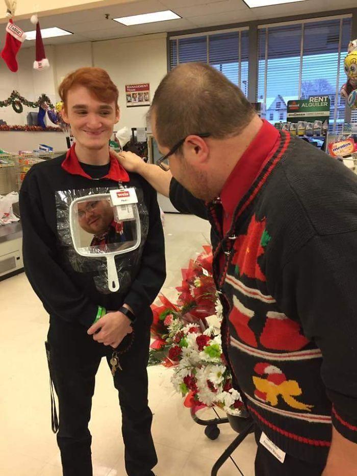 Mi jefe y yo nos echamos un concurso a ver quién llevaba el jersey más feo