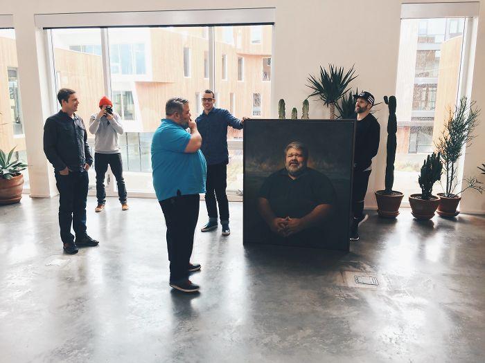 Le han regalado al jefe un retrato enorme al óleo de sí mismo