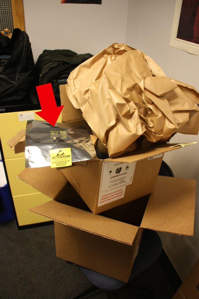 3 cajas, gomaespuma y cinta y una bolsa para traer una batería del tamaño de una moneda de 10 céntimos