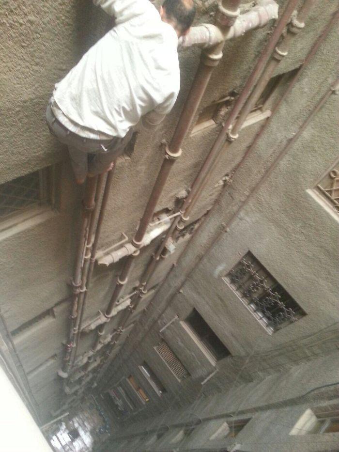 Vacaciones en Egipto. Vino el fontanero a arreglar el retrete y salió por la ventana sin más, en chanclas