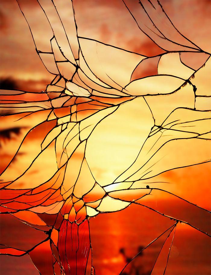 Puesta de sol reflejada en un espejo roto