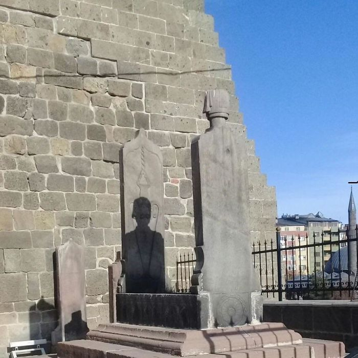 The Way This Tombstone Designed Makes A Shadow Of A Man Appear
