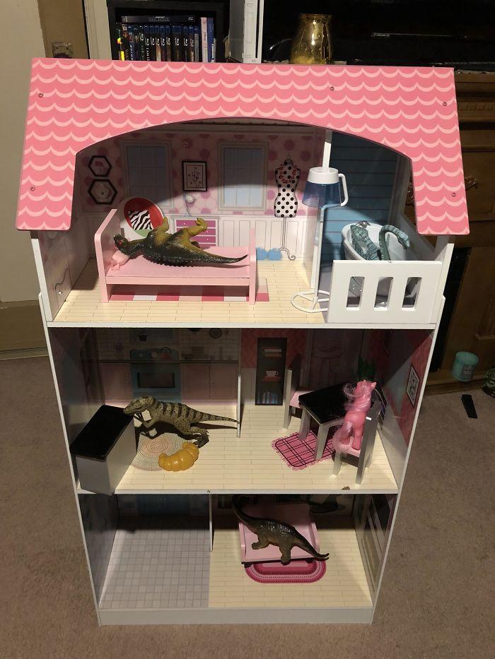 Mi hermanita de 7 años adora los dinosaurios, pero mis padres le compraron una casa de muñecas. Así la usa