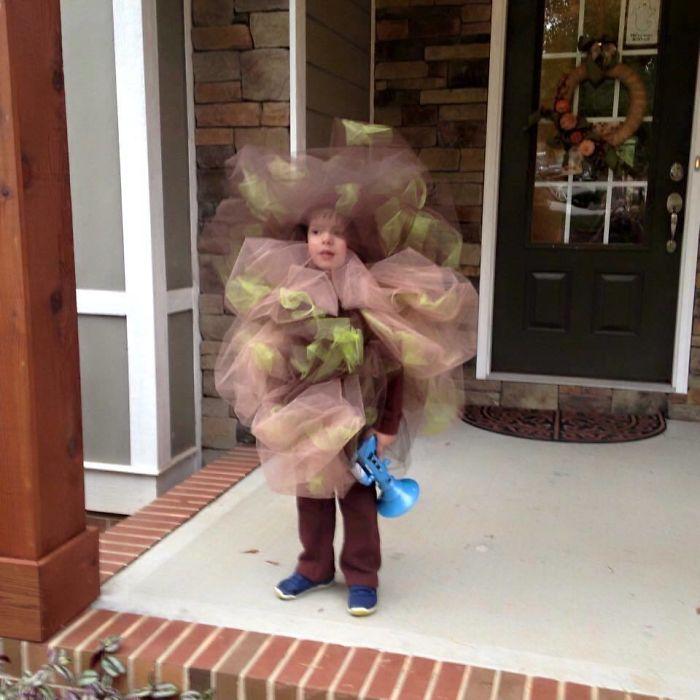 Este niño se disfrazó de pedo en Halloween