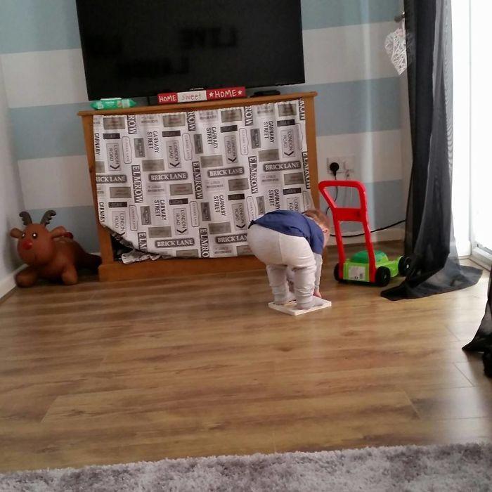 Tiene dificultades para recoger el libro del suelo
