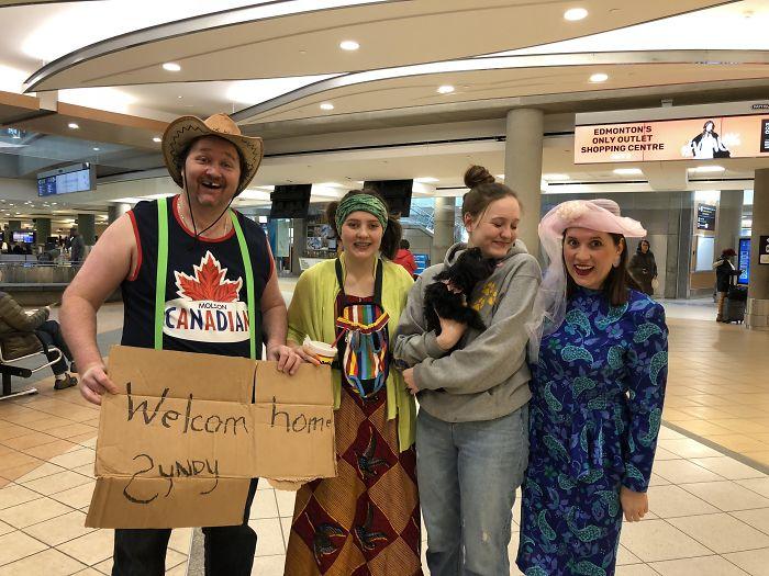 Decidimos avergonzar a nuestra hija en el aeropuerto tras 3 meses fuera. No nos vestimos así normalmente