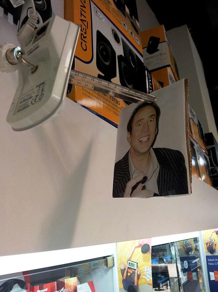 Mi jefe instaló esta cámara en el almacén para espiarnos cuando no está. Esto es lo que hemos hecho