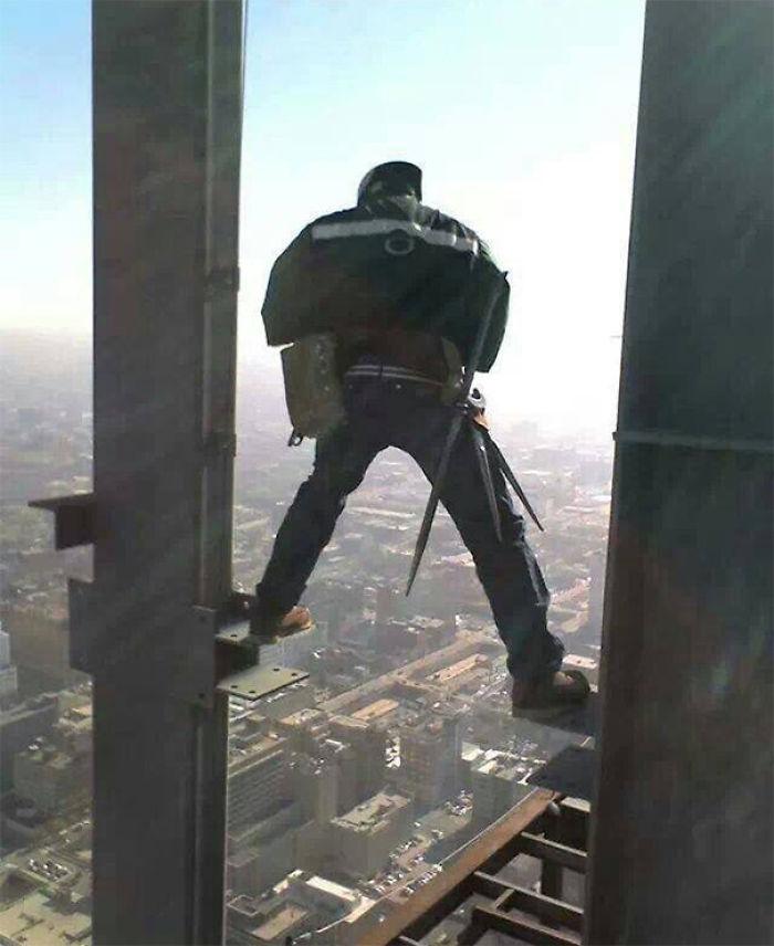 El capataz me dijo que si me caía, estaba despedido antes de llegar al suelo