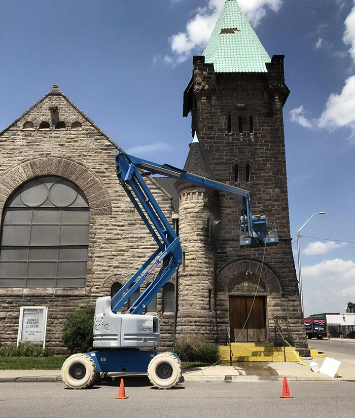 Esta iglesia se construyço hace 134 años y no había sido limpiada nunca. Pensaba que era de piedra negra