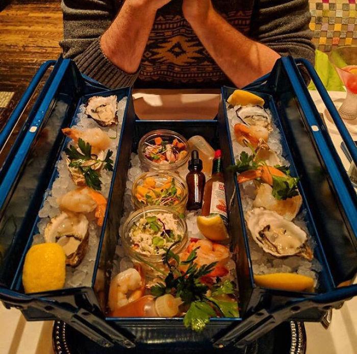 La comida tiene buen aspecto, pero... ¿en una caja de herramientas?