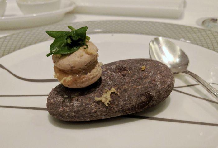 Minimacaron con albahaca servido sobre una piedra