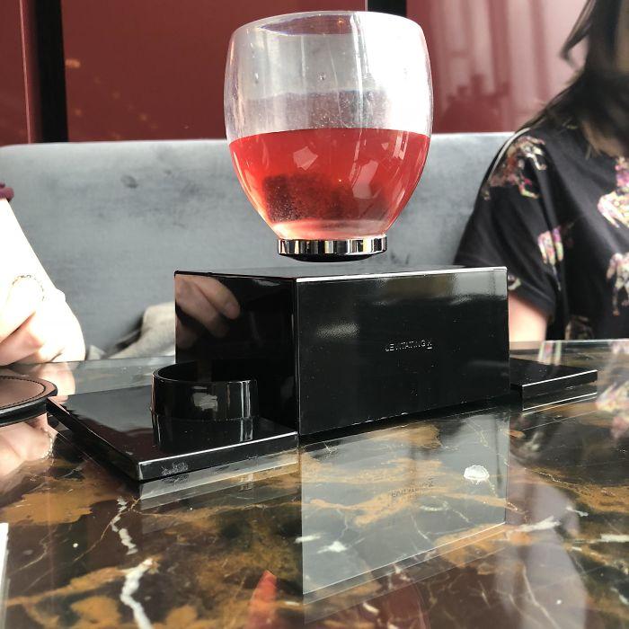 En este bar de Londres sirvieron el cóctel a mi novia en un vaso que levita
