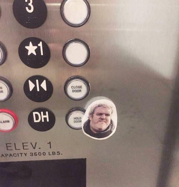 Junto al botón de sujetar la puerta