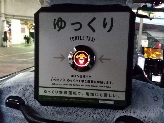 Taxi japonés con botón para pedir que vaya más despacio