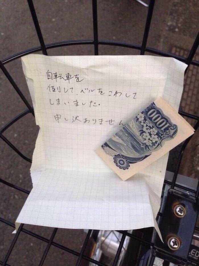 """La nota dice: """"Accidentalmente he tirado tu bici al suelo y he roto el timbre. Lo siento mucho"""""""