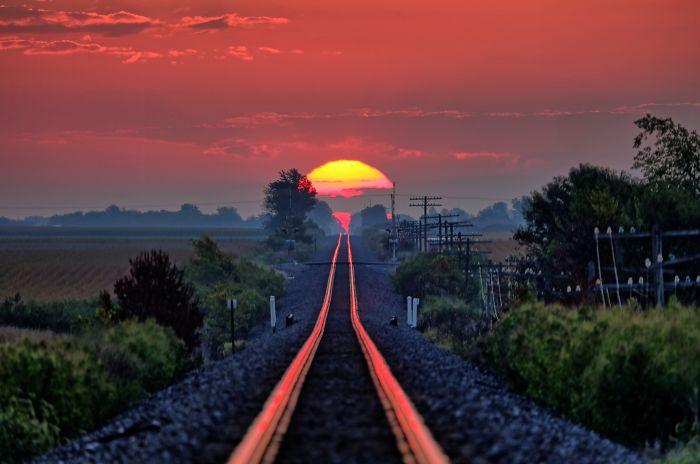 Un día al año el sol sale y se refleja justo sobre las vías del tren. Mi padre lo pilló.