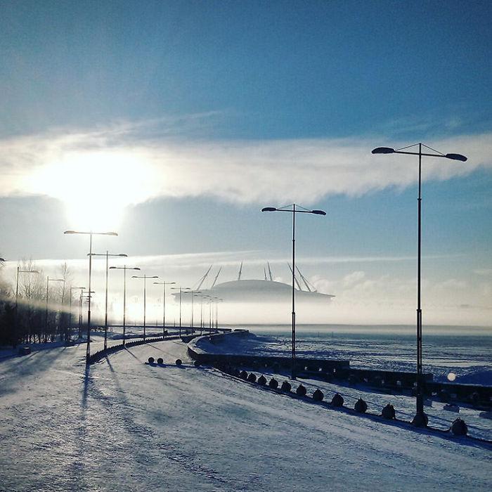 La niebla hace que este estadio parezca un OVNI