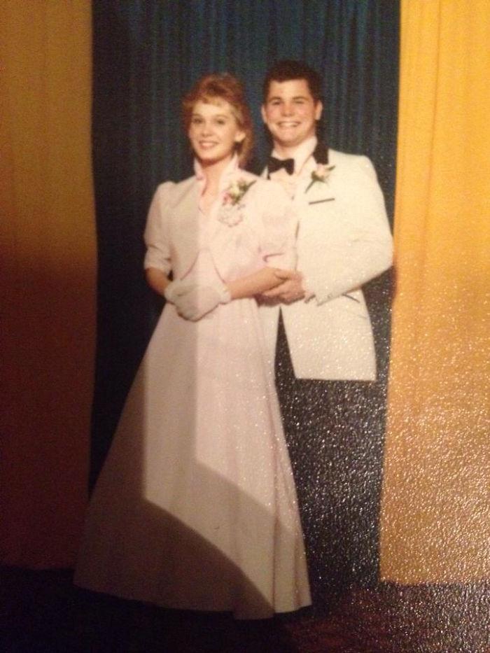 Mi padre tiene esa sonrisa porque le estaba pellizcando el culo a mi madre mientras sacaban la foto (1984)