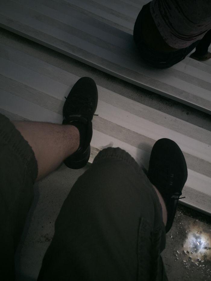 Durante el eclipse hice una foto sin querer a mis piernas, pero aún así puede verse en el charco