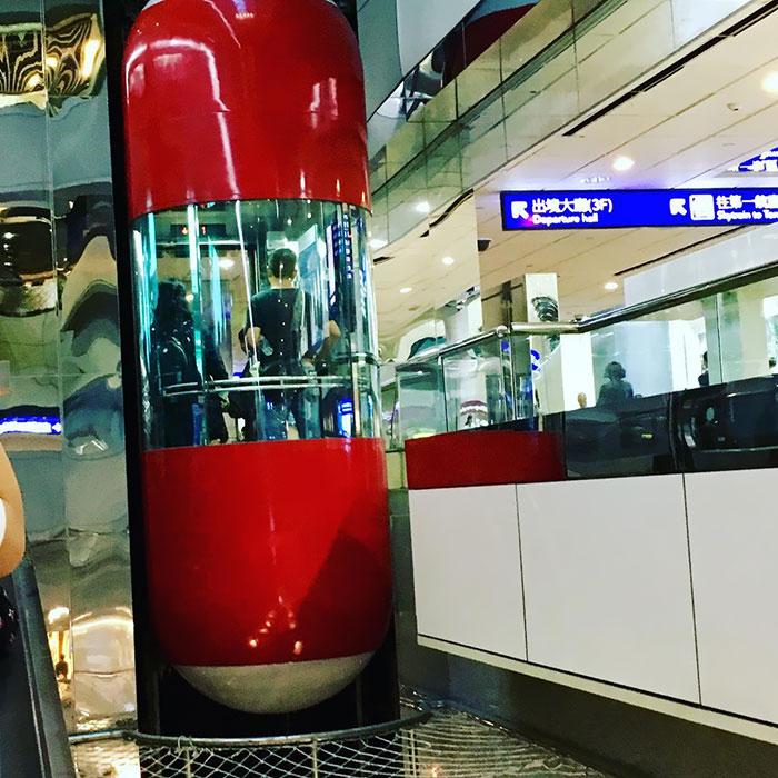 Ascensor cápsula en el aeropuerto de Taoyuan