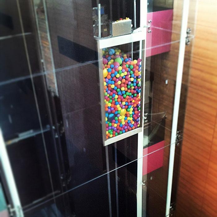 Ascensor lleno de pelotas de colores