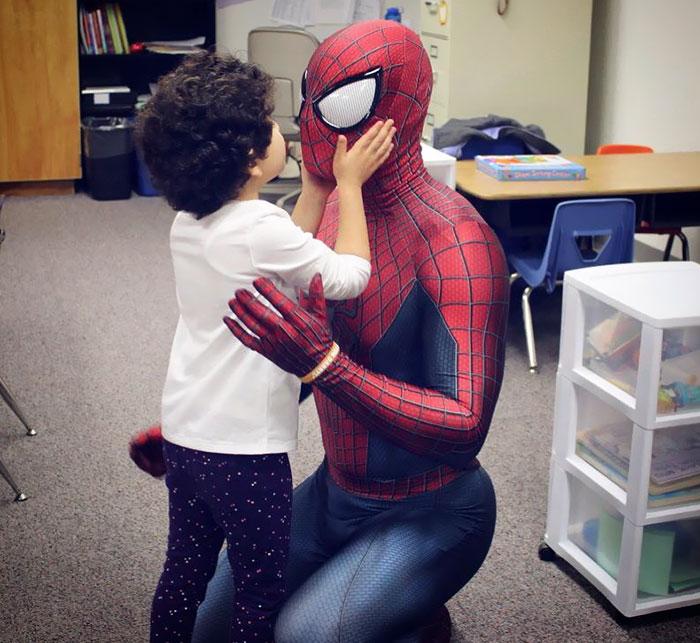 Ricky Mena mengunjungi anak-anak di rumah sakit