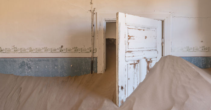 I Photographed An Abandoned Mining Village Sunken In Sand And Lost In The Namibian Desert