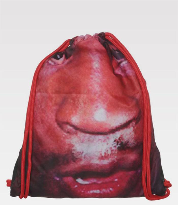 Vamos a poner una cara en una bolsa de gimnasia