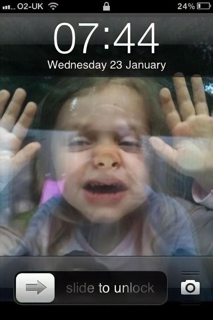 1) Haz que tu hijo aplaste la cara contra la ventana 2) Haz una foto 3) Ponla de fondo en el móvil 4) Tu hijo está atrapado en tu móvil