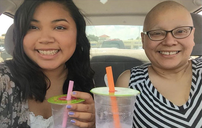 This Girl Has Been Taking The Same Photos With Her Mom For 4 Years, But The Last Pic Broke Everyone's Hearts