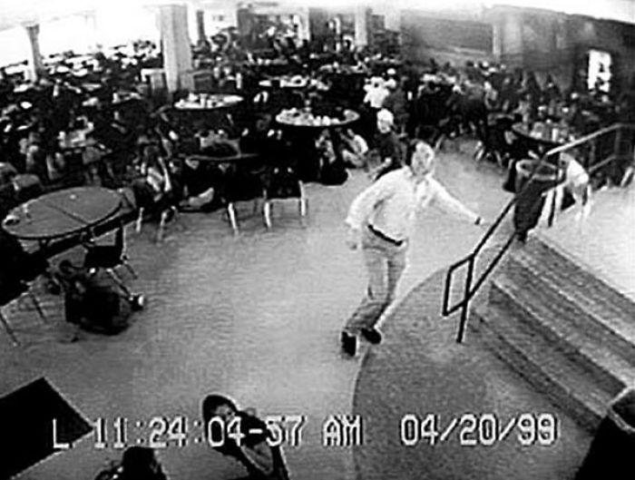 William Sanders guiando a más de 100 estudiantes fuera de la cafetería durante la masacre de Columbine. Después de dispararon en el pecho y no sobrevivió