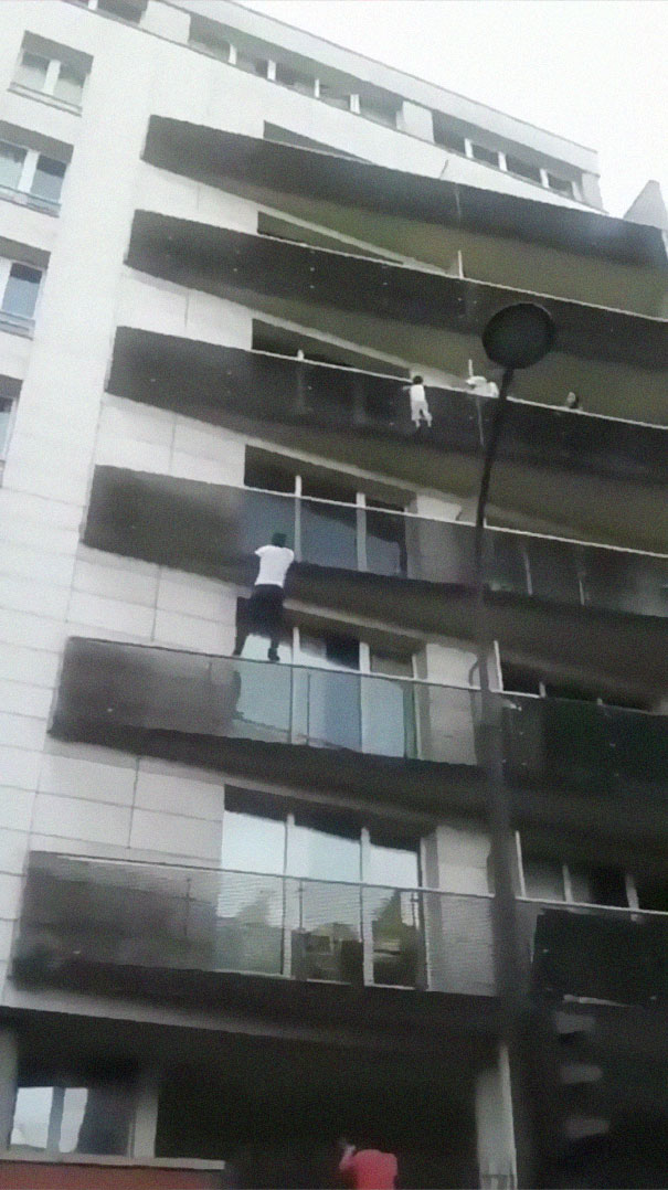 African Immigrant Climbs 4 Storeys With His Bare Hands In Less Than 30 Secs  To Save 4-Year-Old Dangling From Balcony   Bored Panda
