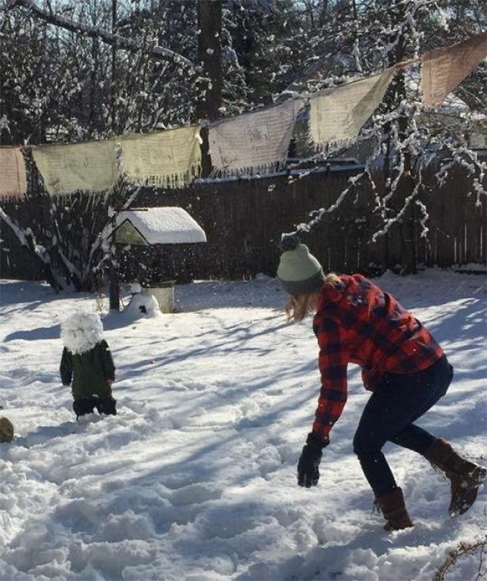 Mi cuñada en una batalla de nieve con mi sobrino. Mi sobrino perdió