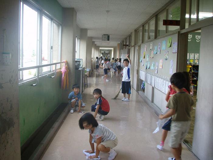 Los colegios no suelen tener conserjes. Limpian los propios niños para mostrar gratitud hacia la escuela y ser más productivos